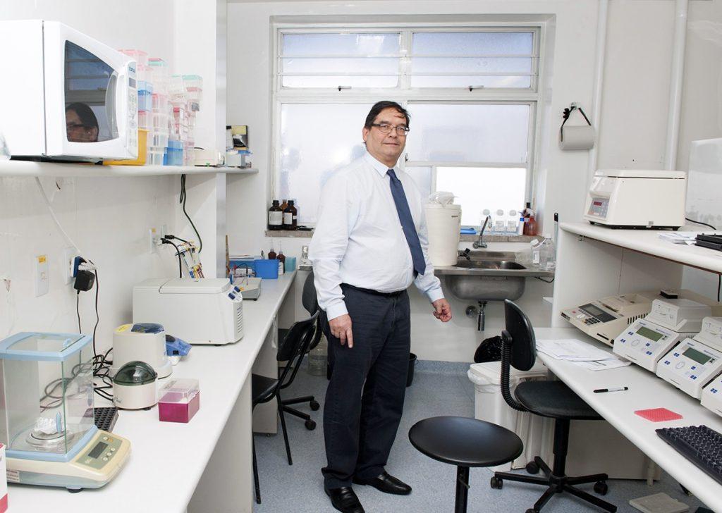 professor Carlos Paraná no laboratório do Centro de Formação em Biologia Molecular Charles Merieux