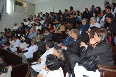 Profissionais de saúde, gestores, parlamentares e a comunidade universitária participaram da cerimônia realizada na quarta-feira (24)