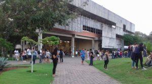 Estudantes da UFBA capturando Pokémons no campus de Ondina. Imagem postada no Grupo UFBA do Facebook