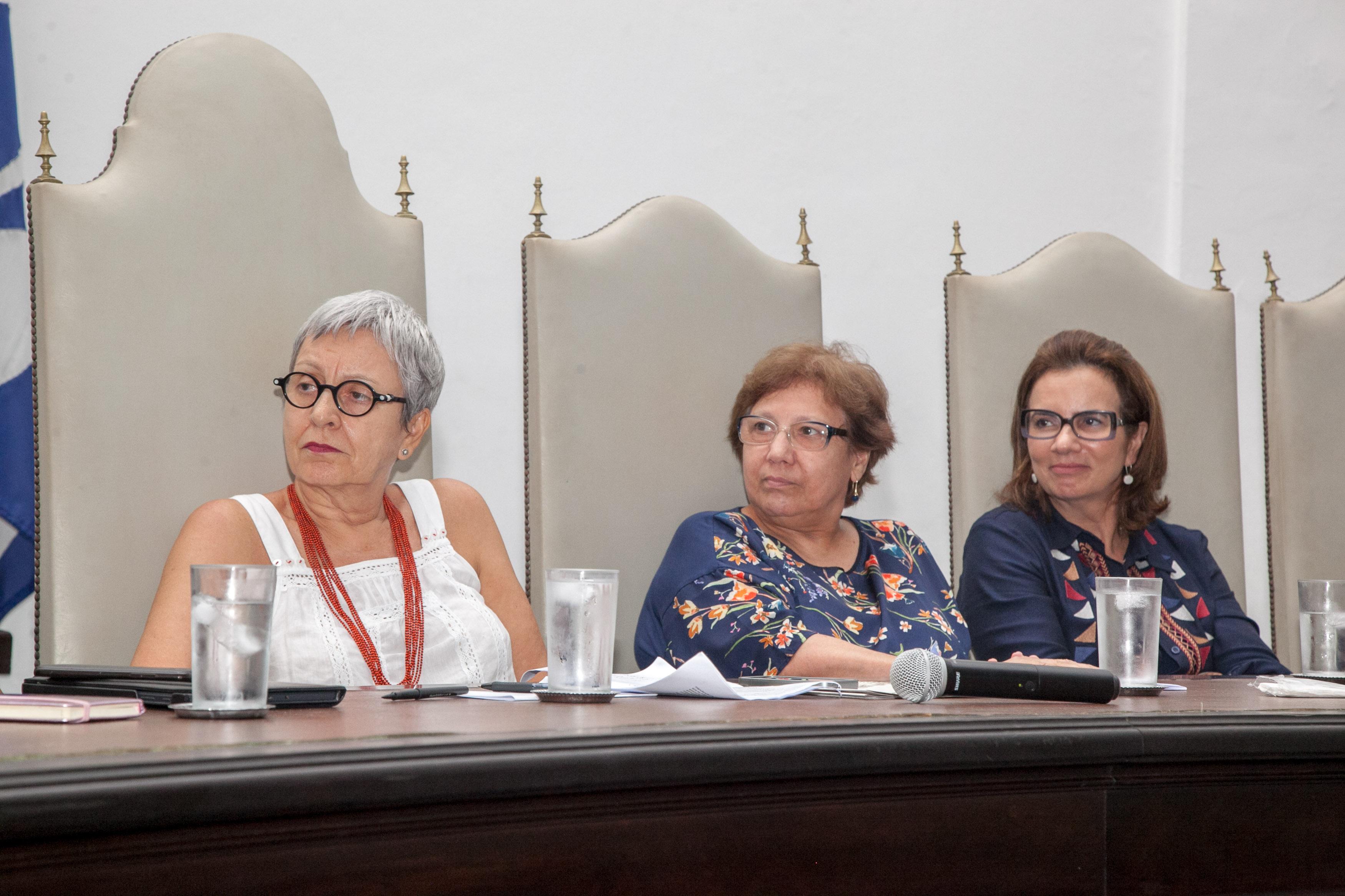 """SALVADOR, BAHIA, BRASIL: 201803'5 -  FORUM SOCIAL MUNDIAL - Mesa """"Trabalho Digno: Respostas à reforma trabalhista."""" Na foto a partir da esquerda: S Graça Druck, Angela Borges; Ana Claudia Scavuzzi."""