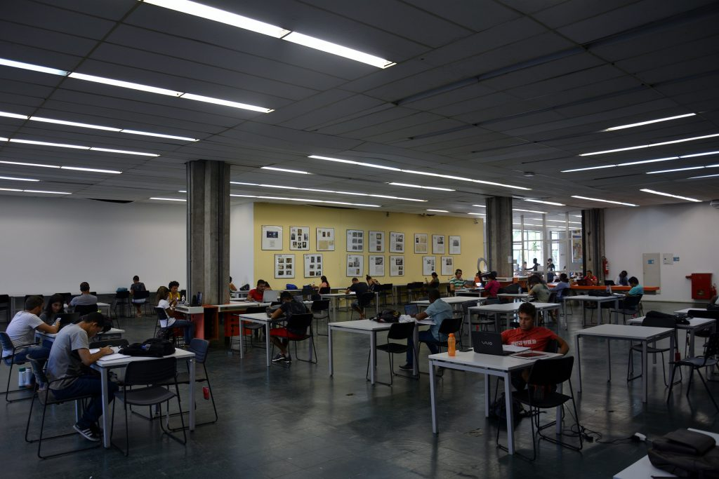 Área de estudos da Biblioteca Reitor Macedo Costa, no campus de Ondina