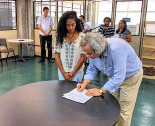Reitor João Carlos Salles assina oficialização da transferência dos registros