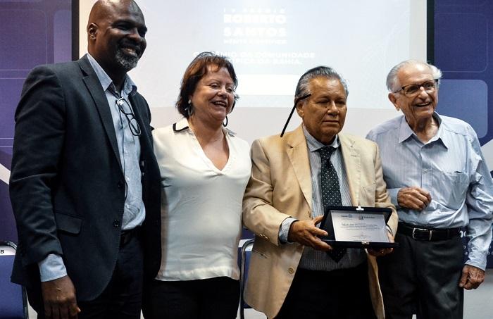 Entrega do Prêmio Roberto Santos de Mérito Científico para Edgar Marcelino de Carvalho Filho_Lázaro Cunha, Juleita Palmeira, Roberto Santos e o vencedor da premiação
