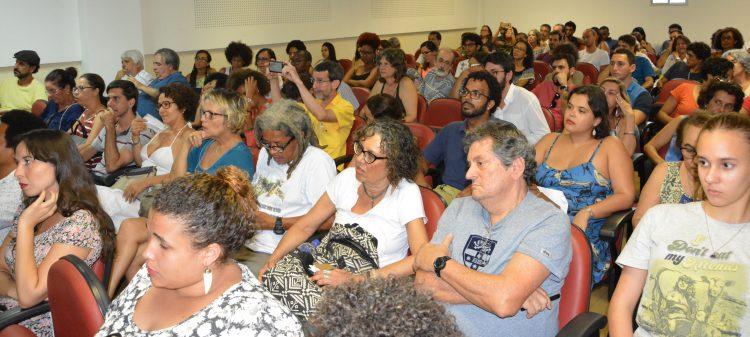Estudantes, docentes e servidores técnico-administrativos lotaram o auditório Guaraci Adeodato do CRH para acompanhar o debate sobre Democracia e Fascismo