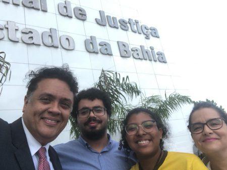 Ayrumã Tuxá em visita ao Tribunal da Justiça da Bahia ao lado do diretor da Faculdade de Direito Julio da Rocha, da professores Sara Cortês e do estudante Douglas Mota