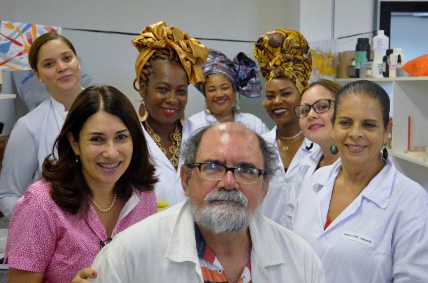 Iniciativa do Projeto Baianambiental, coordenado pela professora Angela Rocha, do ICS, é realizado em parceria com o laboratório de Síntese Orgânica e Nanopartículas do Instituto de Química e com a Associação Nacional das Baianas de Acarajé