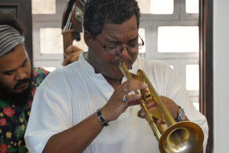 O professor Joatan Nascimento comandou a apresentação do repertório que ajudou a contar a história do jazz