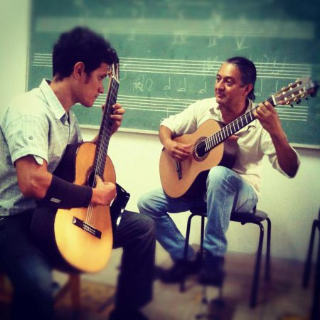 O professor da Escola de Música e renomado músico costa-riquenho, Mario Ulloa orientou Afonso Celso desde os primeiros dias de sua graduação, inciada em 2011.