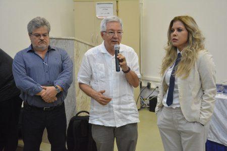 O pró-reitor de Pesquisa Olival Freire (ao centro), ao lado da diretora do Igeo, Olívia Oliveira, e do coordenador de pesquisa, Thierry Lobão