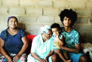 Foto 15 - Com meu filho Iaponã, minha avó Dasdores e minha bisavó Rosa Binga. Foto tirada durante o mestrado no ano de 2019, por Antonio Neto, em Pankararu.
