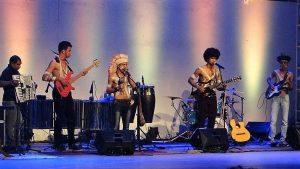 Foto 17 - Grupo Musical Coisa de Índio se apresentado nos 40 anos da UEFS em 2016.(Acervo pessoal) (2)