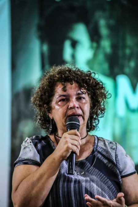 """Ângela Mendes: """"Bem viver é um chamado a escrever um livro, a fazer uma poesia, a dançar pro sol e pra lua e a fazer uma revolução, cuja única arma é a fome por justiça social""""."""